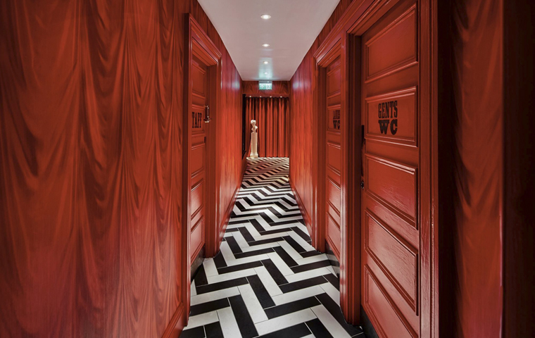 Reds True BBQ WC Hallway